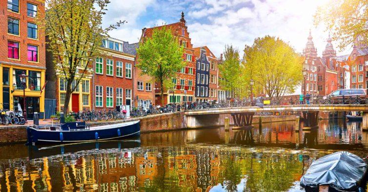 Amesterdão quer proibir a venda de canábis a turistas nos cafés