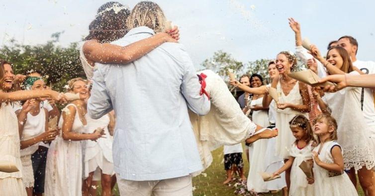 Este vestido de noiva de coleção está 65% mais barato — e é lindo