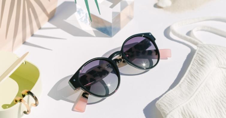 Óculos de sol de injeção pretos e estampados (65€)