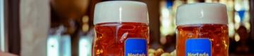 Nesta Oktoberfest com pronúncia do norte há canecas de cerveja com 1 litro