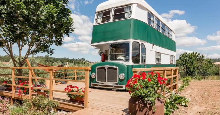 A escapadinha mais original do ano: dormir num autocarro retro dos anos 60
