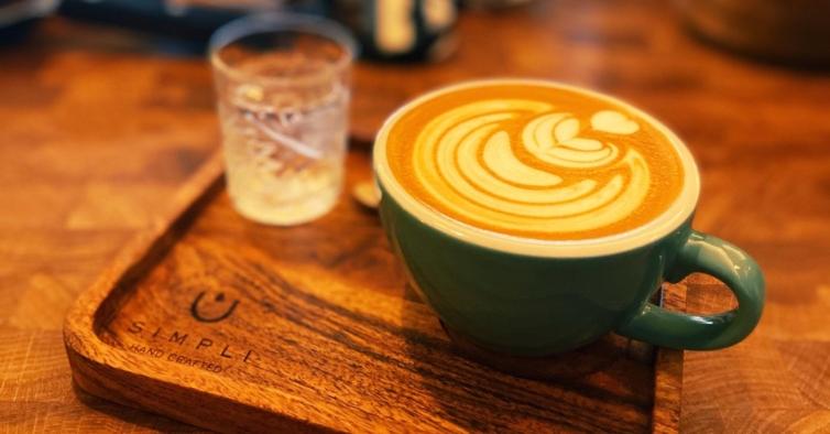 A Simpli tem mais uma coffee shop em Lisboa onde cheira a café por todo o lado