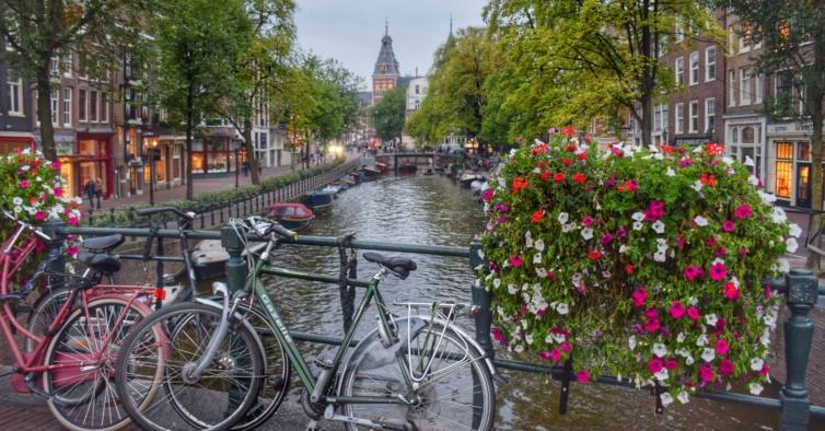 Fim de distanciamento nos Países Baixos dá lugar a passes sanitários (e protestos)