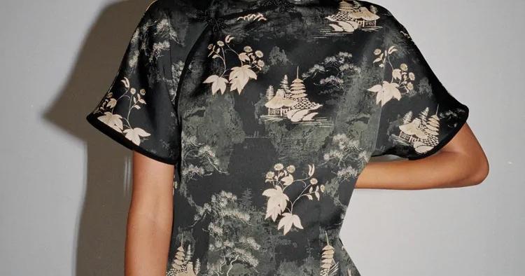 Vestido com alamares (39,95€)