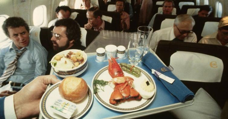 Lagostas, bar aberto e pinturas de Dalí. A Era Dourada da aviação foi assim tão boa?