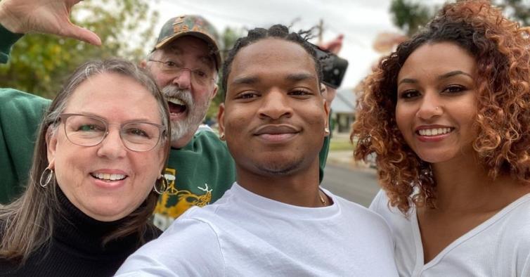 Avó convidou acidentalmente um estranho para a Ação de Graças— e ele tornou-se família