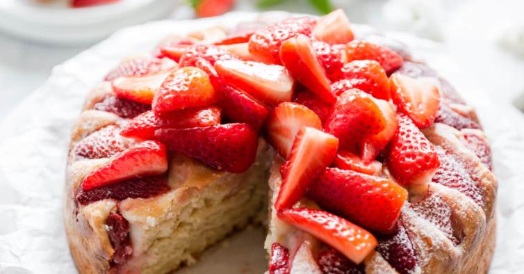 O delicioso bolo de iogurte Skyr de morango que se prepara em apenas 5 minutos