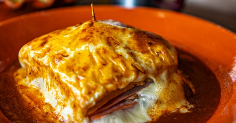 As melhores francesinhas do Porto que pode comer em casa durante o confinamento