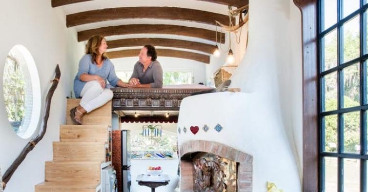 Este casal construiu uma casa sobre rodas com 300 metros quadrados — e um forno de pizza