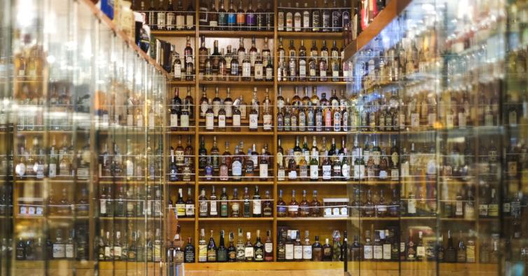 Tem mais de 13 mil garrafas, é a maior coleção de whisky do mundo e fica em Lisboa