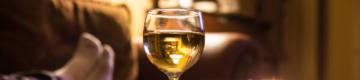 O segredo para sobreviver ao confinamento? Beber mais vinho em casa (e com desconto)