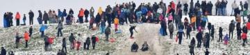 Milhares de pessoas violam confinamento em Londres para brincar na neve