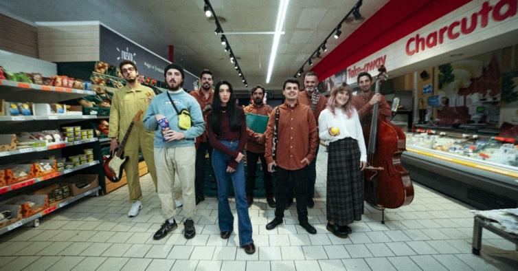 As lojas Minipreço são o novo palco dos artistas emergentes durante a pandemia
