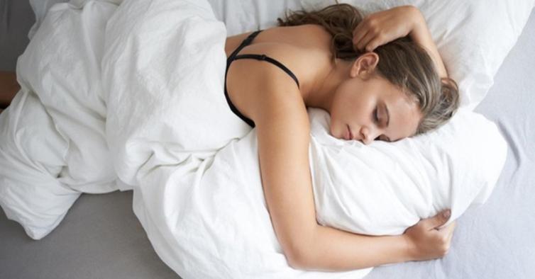 Saiba como aquilo que come ao jantar pode influenciar a qualidade do seu sono