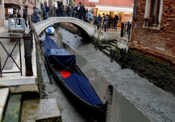 Falta de chuva e maré baixa deixam os canais de Veneza sem água