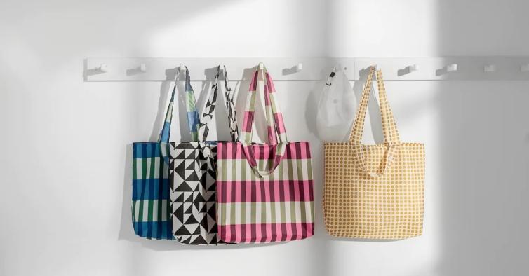Estes sacos de 0,75€ da IKEA estão a ser considerados o acessório viral da primavera