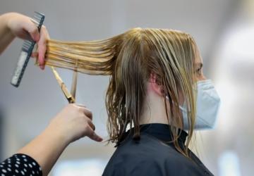 """Cortes de cabelo ao domicílio irritam cabeleireiros. """"É concorrência desleal"""""""