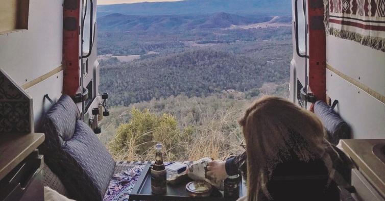 Casal transformou uma antiga carrinha de entregas na caravana de férias perfeita