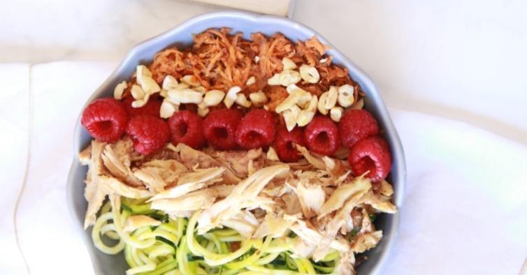 Salada de espiralizado de courgette com frango e framboesa
