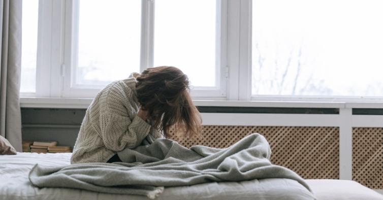 Quem dorme menos de seis horas por noite tem maior risco de sofrer de demência