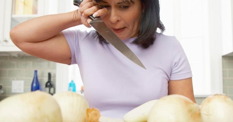 O novo truque viral para não chorar quando corta cebolas