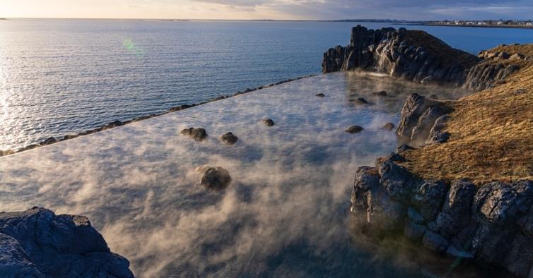 A nova lagoa termal na Islândia tem uma piscina infinita e vista para auroras boreais