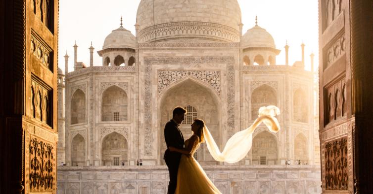 Têm o vestido de noiva mais viajado do mundo. Agora, abriram uma agência de viagens