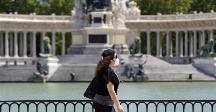 Espanhóis deixam de ser obrigados a usar máscara na rua a partir desta semana