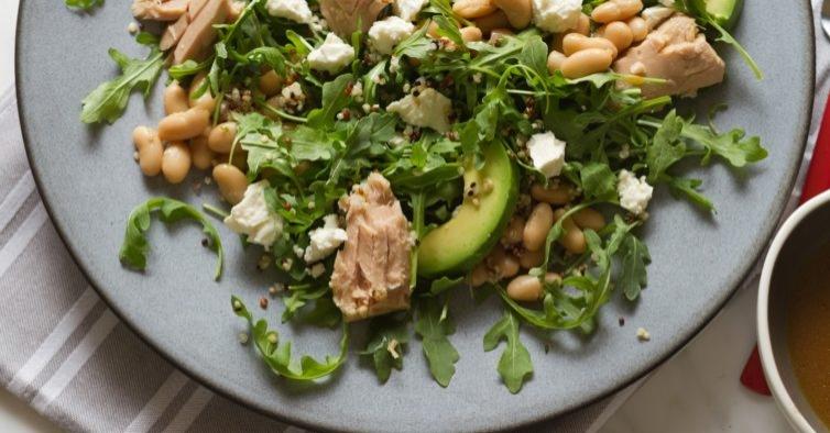 Salada de grão com abacate, atum e brócolos cozido