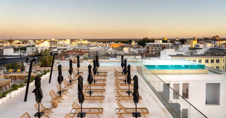 O novo hotel do Algarve tem um rooftop incrível e jacuzzis privados no quarto