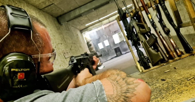 Neste clube pode disparar metralhadoras e caçadeiras à vontade (sem licença)