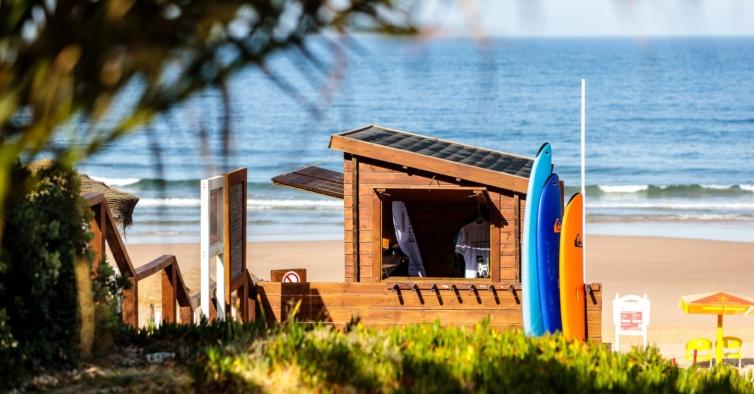 A nova escola de surf a meia hora de Lisboa que quer tornar o mundo mais verde