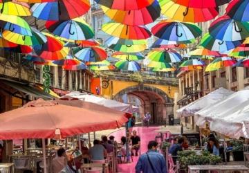 Rua Cor de Rosa tem agora guarda chuvas coloridos — e a Internet não está a aguentar