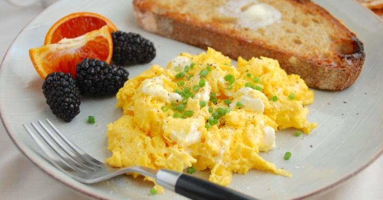 Ovos mexidos e uma peça de fruta