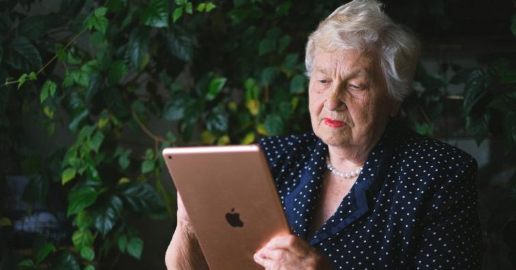 Matar saudades pelo ecrã trouxe mais solidão aos maiores de 60 anos