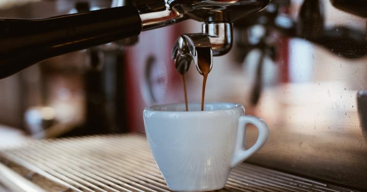 Estudo revela que beber mais de 6 cafés por dia aumenta o risco de demência em 53%