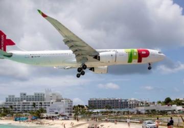 Avião da TAP faz aterragem incrível a poucos metros de uma praia nas Caraíbas