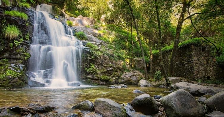 A fantástica cascata com 25metrosde altura que é um dos segredos do nosso País