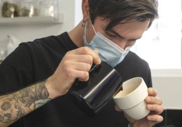 Sem emprego na aviação, este casal apaixonado por café abriu o Shakar em Lisboa