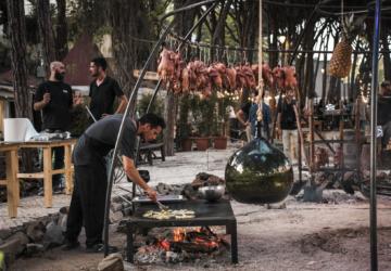 O festival com grandes chefs a cozinhar no fogo regressa com um restaurante pop up