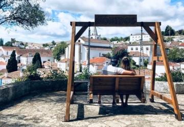 Óbidos tem um novo baloiço com uma vista fantástica sobre a vila histórica