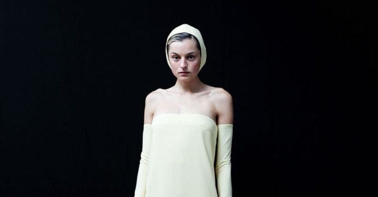 O look polémico de Emma Corrin com touca e garras pretas na Red Carpet dos Emmys