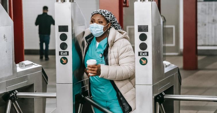 Nova Iorque quer substituir profissionais de saúde que recusam vacina por militares