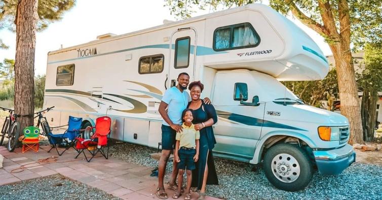 Esta família viaja com o dinheiro contado, uma criança e aulas em casa (ou na caravana)