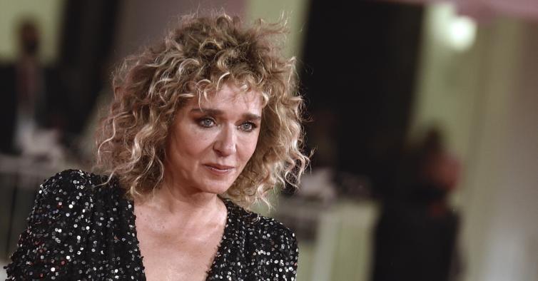 """Netflix vai estrear série baseada em """"A Vida Mentirosa dos Adultos"""", de Elena Ferrante"""
