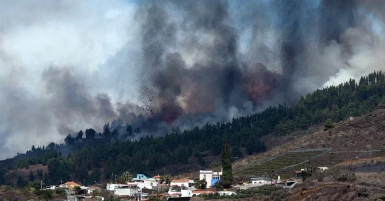 Vulcão entra em erupção nas Canárias e já há imagens da enorme nuvem de fumo