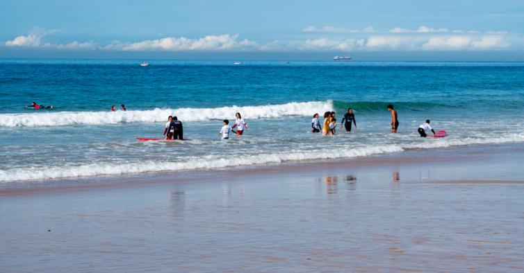 EDP está a oferecer aulas de surf solidárias a 200 crianças e jovens
