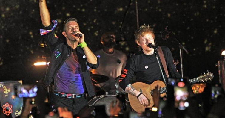 "Surpresa: Ed Sheeran tocou ""Fix You"" no concerto dos Coldplay — a multidão enlouqueceu"