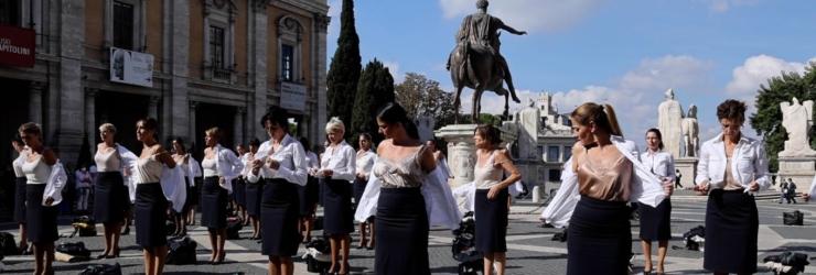 Comissárias de bordo protestam sem roupa em Itália
