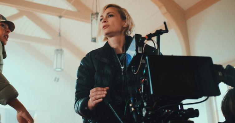 Quem era Halyna Hutchins, a diretora de fotografia morta no incidente com Alec Baldwin?